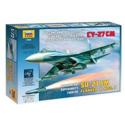 SU-27 SM katonai repülő makett Zvezda 7295